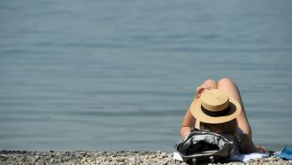 Horizontal/SUNBATHING/ILLUSTRATION/WOMAN/LAKE/BEACH/TOURISM/SUMMER HOLIDAY/STRAW HAT